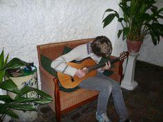 Practicando la guitarra en la escuela