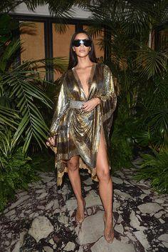Kim and Kourtney Kardashian Wear Sexy Gold Dresses to Balmain Afterparty Estilo Kardashian, Kim Kardashian Balmain, Kim Kardashian Paris, Kardashian Style, Kardashian Fashion, Kardashian Photos, Fashion Week, Paris Fashion, High Fashion