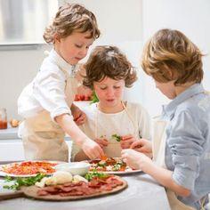 Děti připravují pizzu