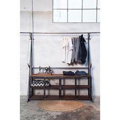 Dressoir display met kledingrek dit stoere dressoir is een super combinatie met het kledingrek er boven. Hierdoor heb je een groot gedeelte waar je de kleding op kan hangen. Daaronder heb je een ruime