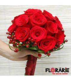 Buchet de mireasa clasic din trandafiri rosii si hypericum verde