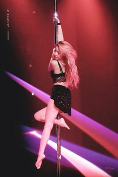 mamamoo solar pole dance ~** kim yongsun makes me wanna learn how to pole dance. she makes it look so cool & elegant Kpop Girl Groups, Korean Girl Groups, Kpop Girls, South Korean Girls, Solar Mamamoo, Pole Dance, K Pop, Yongin, Jay Park