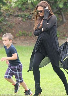 Casual stylish pregnant outfit, long black cardigan and ankle boots, Victoria Beckham pregnant style David And Victoria Beckham, Victoria Beckham Style, Pregnancy Looks, Pregnancy Outfits, Maternity Outfits, Celebrity Maternity Style, Maternity Fashion, Vic Beckham, Selena Gomez Bikini
