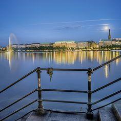 Hamburg Binnenalster blaue Stunde | Hamburg Fotos und Bilder | Hamburg Bilderdruck | Fotos Hamburg | Hamburg lütte Bilder #hamburg #hamburgfoto #hamburgbilder #bilderhamburg #fotohamburg
