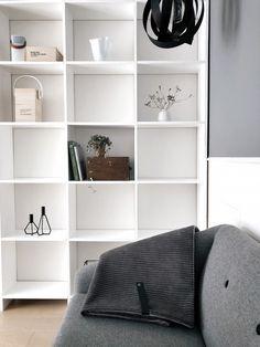 DIY – Hjemmebygget væg til væg bogreol | livingonabudgetdk Built In Furniture, Shelves, Interior, Inspiration, Design, Home Decor, Shelving, Interieur, Biblical Inspiration