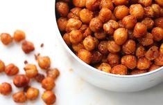 Sådan gør du Tænd ovnen for 180˚. Start med at skylle kikærterne under koldt vand, så du får skyllet stivelsen helt af. Dup dem tørre med køkkenrulle. Læg kikærterne på en bageplade med bagepapir, og bag dem 30-40 minutter i ovnen, ryst bradepanden et par gange undervejs, så kikærterne bliver jævnt ristet. Tag kikærterne ud og vend dem grundigt med olie og salt i en skål, hvorefter du rister kikærterne færdige i ovnen i ca. 10 minutter. Det kan være de ska...