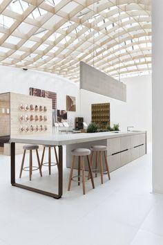 Voorbeeld van een keukeneiland met werkblad dat doorloopt in een tafel | KCLS, Milan, 2014 - Spaziodesign srl Gaudio