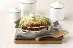 This family favourite is fun and easy to prepare. Ground beef in flavourful taco seasoning with fresh veggies make this taco pie recipe simple and fresh. And best of all, it& ready to enjoy in just 25 minutes! Taco Pie Recipes, Mexican Food Recipes, Appetizer Recipes, Salad Recipes, Dinner Recipes, Cooking Recipes, Ethnic Recipes, What's Cooking, Mexican Meals