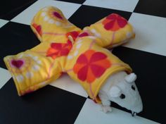 Rat hammock tutorial - Four-way Tube (site is in Dutch, but photos are easy to follow) #rats #tutorial