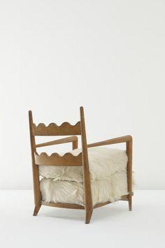 """poltrona """"Ondulation"""" 1951 (legno di quercia e pelliccia di capra) Jean Royere (Parigi 1902 - Pennsylvania 1981)"""