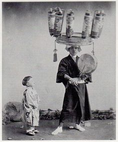 【駄菓子売り】 : Mom-and-pop candy seller Colorful Pictures, Old Pictures, Old Photos, Vintage Photos, Costumes Japan, Japanese Paper Lanterns, Old Photography, Japan Photo, Japan Art
