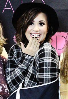 """Me caí dandole SwitchKickflip a 15 escaleras HAHAHA""   Demi Lovato"