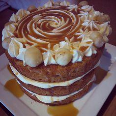 Tarta de vainilla, buttercream de caramelo y nueces de macadamia!