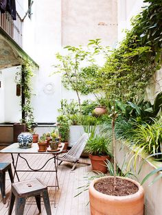 Images of small gardens. Ideas for small patios. Tips for decorating small patios. trimming of little patios. Small Backyard Decks, Small Patio, Outdoor Areas, Small Gardens, Garden Inspiration, Daily Inspiration, Beautiful Homes, Outdoor Living, Home And Garden