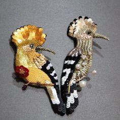 Repost @irina.ryzhenkova by @media.repost: Такая прелесть 🐥❤🐥. Фото с жутким тенями, ночное. Но сюжет такой милый в кадре получился, прям в виде сердечка сидят)🧚♀️💘💞💖 #птички#удод#удодик Bead Embroidery Jewelry, Beaded Embroidery, Diy Jewelry, Beaded Jewelry, Beaded Animals, Beaded Brooch, Beaded Flowers, Couture, Feather