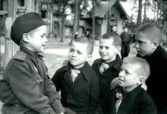 6-летний гвардеец Толя Воронов рассказывает о своих боевых подвигах в детском доме N9
