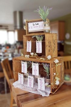 75 fruit box decoration ideas for a rustic wedding - living ideas .- 75 Obstkisten Deko Ideen zur rustikalen Hochzeit – Wohnideen und Dekoration 75 fruit boxes decoration ideas for a rustic wedding guests list seating plan wooden boxes small to large - Wooden Crates Wedding, Rustic Wedding Seating, Wood Crates, Rustic Wedding Theme, Rustic Wedding Flowers, Quirky Wedding, Unique Weddings, Vintage Weddings, Trendy Wedding