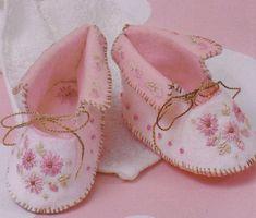 felt baby shoes pattern by Sheilamarielub