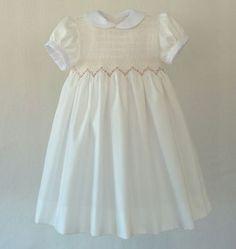 ampliación de imagen Punto Smok, First Communion Dresses, Heirloom Sewing, Smock Dress, Flower Girl Dresses, Girls Dresses, Quilting Designs, Smocking, Hand Sewing