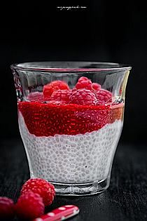 Kokosowo - malinowy pudding z chia Healthy Deserts, Healthy Sweets, Healthy Dessert Recipes, Delicious Desserts, Good Food, Yummy Food, Breakfast Dessert, Easy Snacks, Smoothie