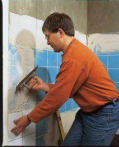 Projekt Es sind nicht einmal die Kosten allein, die uns davon abhalten, das Badezimmer neu zu gestalten. Vielmehr denkt man mit Grausen an den Schmutz und den Lärm, der durch das Abschlagen der alten Fliesen verursacht wird. Häufig sind diese Wandbeläge auch noch im Dickbettverfahren verlegt worden, so dass nach dem Abschlagen die Verlegefläche vollkommen neu verputzt werden muss.