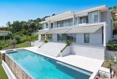 """Luxus und Extraklasse in jedem Winkel. Für das Wohnerlebnis der Extraklasse bieten Frankreichs Luxusimmobilien, wie an der Côte d'Azur, unübertrefflichen Komfort: Mit einem Infinity-Pool, großzügigem Spa- und Wellnessbereich sowie einer Wohnfläche auf über 730 qm² übertrifft diese Luxusvilla aus Les Hauteurs de Cannes alle Erwartungen. Für hohe Ansprüche konzipiert, eignet sich diese Villa bestens für die Spieler der """"Les Bleus"""", um sich in der Sommerpause von der EM zu erholen."""