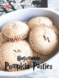 Pumpkin Pasties - Harry Potter try with fat head dough and swerve Harry Potter Desserts, Harry Potter Treats, Harry Potter Pumpkin, Gateau Harry Potter, Harry Potter Day, Harry Potter Halloween, Harry Potter Recipes, Harry Potter Drinks, Harry Potter Birthday Cake