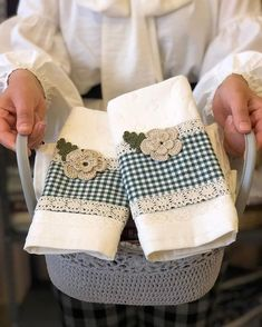 Görüntünün olası içeriği: bir veya daha fazla kişi Embroidery Stitches, Hand Embroidery, Crochet Projects, Sewing Projects, Baby Sheets, Crochet Towel, Towel Crafts, Kitchen Hand Towels, Decorative Towels