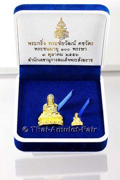 Buddha Thai Amulett Set Phra Gring Khotchawat Phra Chaiwat Khotchawat Ruun 2 Chalong Phra Chon Aju 100 Phansa Nuea Thong Lueang von seiner Heiligkeit, dem 19. Supreme Patriarchen von Thailand, Somdej Phra Sangkarat  aus dem Wat Bowornivet (kurz Wat Bowon),  von Donnerstag dem 03.10.2556 (2013). Das Amulett Set wurde anlässlich seines 100. Geburtstages in einer nummerierten Kleinserie von nur 3.999 Stück erschaffen.
