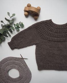 Ankers Trøye barn | Petite Knit | Merinoull | Idestova As Knitting For Kids, Baby Knitting Patterns, Knitting Projects, Hand Knitting, Baby Patterns, Crochet Patterns, Baby Outfits, Kids Outfits, Baby Barn