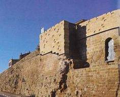 Muralla de Huesca, la levantaron los romanos y rehicieron los musulmanes. Si desea consultar el libro donde se encuentra esta foto, pinche en el siguiente enlace: