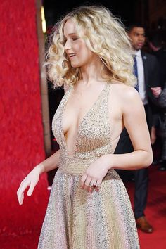 Jennifer Lawrence looked worlds away from her demure look at Sunday night's BAFTAs as she took to the red carpet for the Red Sparrow European Premiere in London on Monday. Cabelo Jennifer Lawrence, Jennifer Lawrence Red Sparrow, Jennifer Lawrence Pics, Jennifer Aniston, Jennifer Lawrence Wallpaper, Beautiful Celebrities, Beautiful Actresses, Gorgeous Women, Happiness Therapy