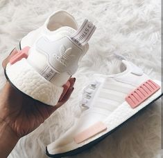 adidas Originals NMD in weiß-rosa/white-pink // Foto: genevievechanel (Instagra. adidas Originals NMD in weiß-rosa/white-pink // Foto: genevievechanel Pink Nike Shoes, Women's Shoes, Shoes Sneakers, Sneakers Sale, Shoes Style, Converse Shoes, Tenis Nmd, Adidas Originals, Woman Shoes