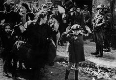 Le gouvernement polonais a décidé de retirer l'ordre du Mérite à un historien spécialiste de l'Holocauste. Ce dernier affirme que les Polonais étaient en partie responsables du massacre des Juifs durant la Seconde Guerre mondiale.