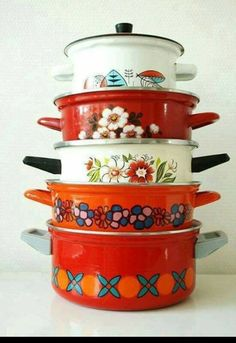 I like new and nice Kitchens. But I LOVE retro pots and pans. Reminds me of mom and nana Deco Retro, Retro Vintage, Vintage Stove, Modern Retro, Vintage Cooking, Vintage Kitchenware, Vintage Enamelware, Vintage Dishes, Thrift Store Finds
