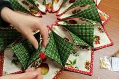 Fold N Stitch Wreath Tutorial - Bing Grinch Christmas Tree, Christmas Mood, Christmas Baubles, Christmas Wreaths, Christmas Decorations, Christmas Crafts To Make, Christmas Origami, Holiday Crafts, Christmas Patchwork