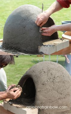 DIY Wood Fired Outdoor Pizza Oven {Simple Earth Oven in 2 days!} Great DIY wood fired outdoor pizza oven with simple low cost materials! Step by step cob / earth oven building tutorial, a free ebook, & helpful resources! - A Piece of Rainbow , diy, pizza Pizza Oven Outdoor, Outdoor Kitchen Bars, Outdoor Kitchen Design, Outdoor Cooking, Outdoor Kitchens, Simple Outdoor Kitchen, Brick Oven Outdoor, Backyard Projects, Outdoor Projects