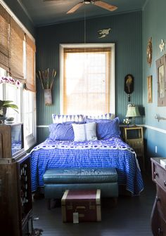 inspiring blue decor and home furnishings. Bedroom Green, Home Bedroom, Bedrooms, Bedroom Ideas, Bedroom Inspiration, Master Bedroom, White Pattern Wallpaper, American Style House, Period Living