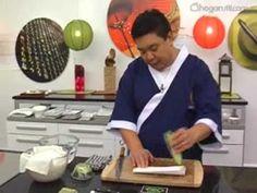 El Gunkan sushi o Gunkanzushi es un tipo de sushi que técnicamente es un nigiri, porque el arroz se forma con las manos, dándole forma oval, pero después se rodea con alga nori para formar un bolsillo que se puede rellenar con distintos ingredientes. Conoce aquí más detalles de esta variedad de sushi y aprende a hacerlo viendo el vídeo.