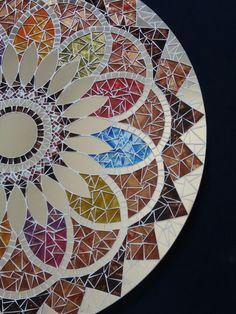 Mandala em 70cm de diâmetro para Decoração de Paredes  Trabalho em Mosaico de Vidro, Pedras e Espelhos. Base em MDF. Possui furo atrás para fixação.  Obs.: Produto para uso em Ambiente Interno. Não expor ao calor e á umidade.