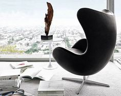 Egg chair by Arne Jacobsen from Fritz Hansen and Tulip side table by Eero Saarinen from Knoll International | SCANDINAVIAN COLLECTORS : Photo