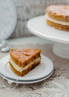 Receta Pastel de Zanahoria Navideño: Lo que hace a este un pastel navideño es la aromática combinación de especias, y el color caramelo del relleno.