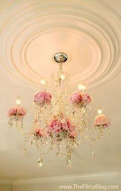 Vintage Shabby Pink chandelier! Encontrado en vintageshabbypink.tumblr.com