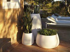 """""""La colección de maceteros Sahara son el complemento perfecto para acompañar a todas las colecciones de GANDIABLASCO, tanto en un terraza como en el porche o junto a la piscina, entre otros lugares. Se caracterizan por sus formas redondeadas y … + info"""