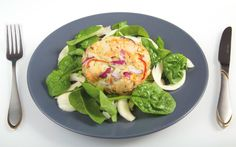 Salmon fishcake with spinach & fennel salad This salmon fishcake dish contains just 265 calories 5 2 Diet Recipes 500 Calories, Low Calorie Recipes, Calorie Diet, Vegetarian Recipes, Cooking Recipes, Healthy Recipes, Cooking Ideas, Food Ideas, Fast Food Diet