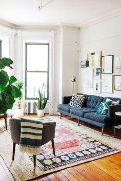 La sala de estar brillante y acogedora tiene mucho espacio