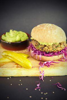 Fortsett det nye året med veggismat! Her får du oppskriften på e fantastisk vegetarburger med god tyggemotstand. Den er saftig, smakfull og spekket med med sunne kikerter og linser. Lag egne burgerbrød av rug, og smør herligheten inn med fyldig avokadokrem. http://www.gastrogal.no/vegetarburger/  #Avokadokrem, #Bakverk, #BurgerBun, #Burgerbolle, #Burgerbrød, #GroveBurgerbrød, #Linseburger, #Rugboller, #Vegetarburger, #Vegetarisk, #Veggisburger