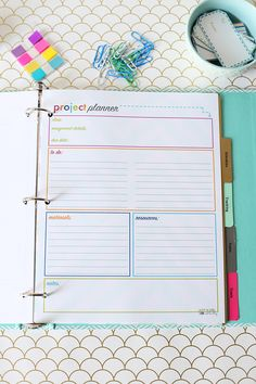 This super cute student binder has all of the free printables you would need to get organized for the school year! Click over to the post to snag your free student binder printables! Planning School, School Planner, College Planner, Weekly Planner, College Tips, College Binder, School Agenda, Binder Planner, Budget Binder