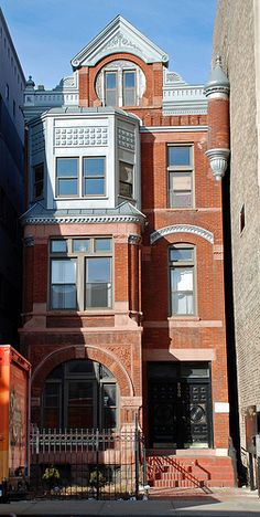 Tight squeeze in Wicker Park, Bucktown area, 2050 W. North Avenue, Chicago. Built in 1891.