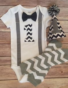 Ready to Ship! Baby Boy Birthday Outfit-Navy and Gray… Baby Boy Birthday Outfit, 1st Birthday Outfits, 1st Boy Birthday, Baby Boys, Leggings Gris, Body Blanc, Grey Suspenders, Baby Girl Wallpaper, Trendy Baby Boy Clothes